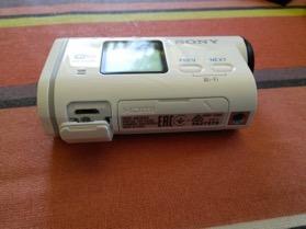 Le port de recharge et de connexion au PC (pour transférez vos vidéos/photos directement)