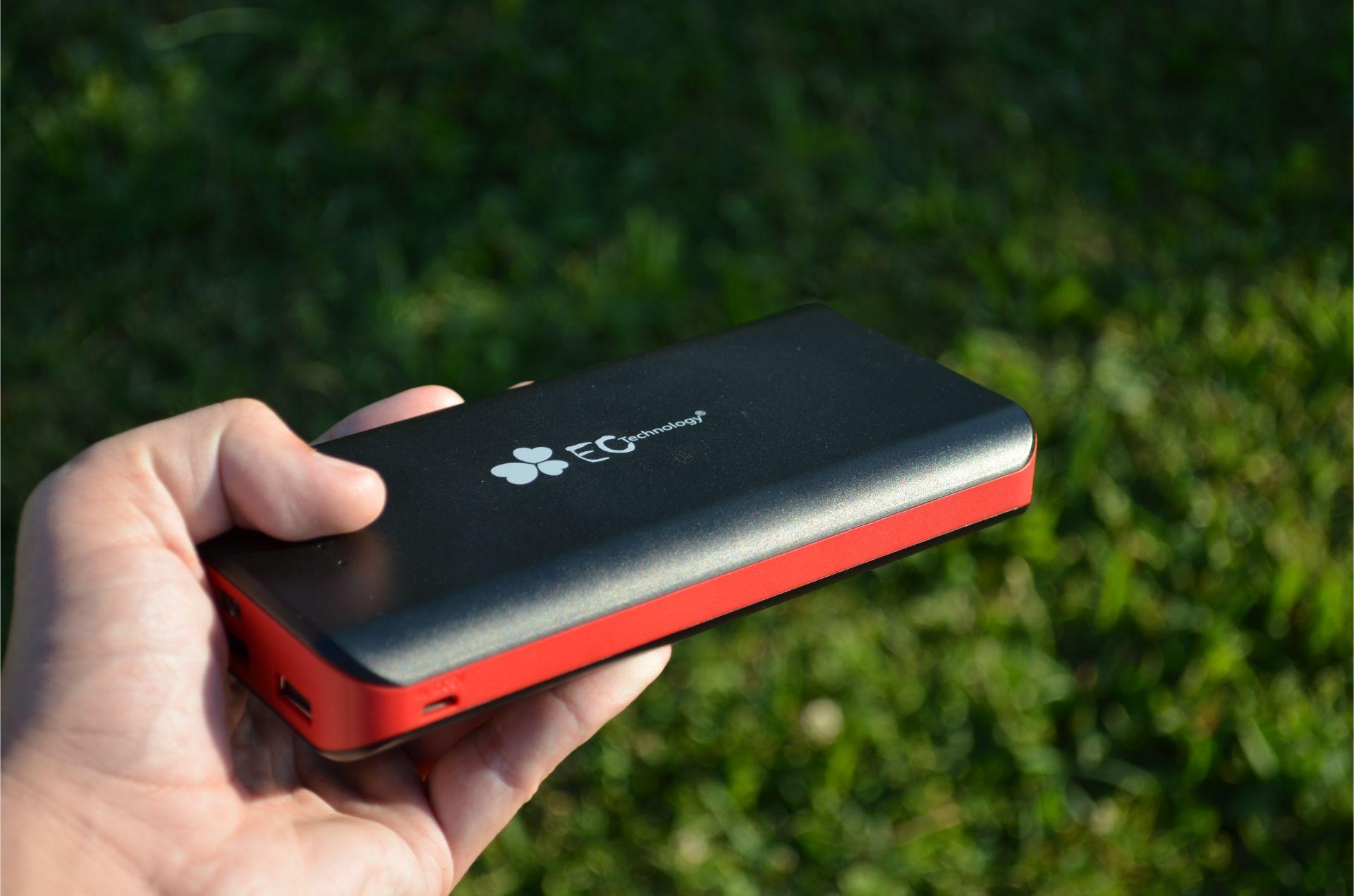 test ec technology une batterie de 22400 mah pour recharger 3 devices lcdg. Black Bedroom Furniture Sets. Home Design Ideas
