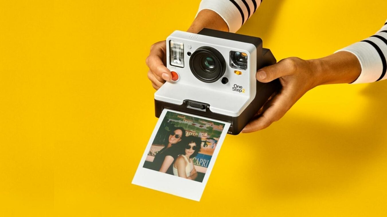 Polaroid appareil photo fond jaune