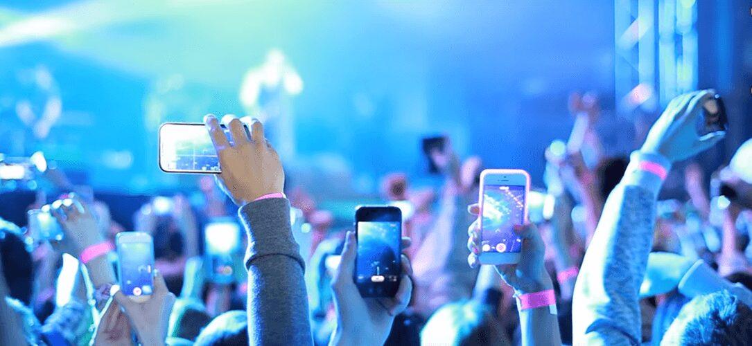 Photo de Sondage – Une nouvelle loi pour interdire les smartphones pendant un concert ?