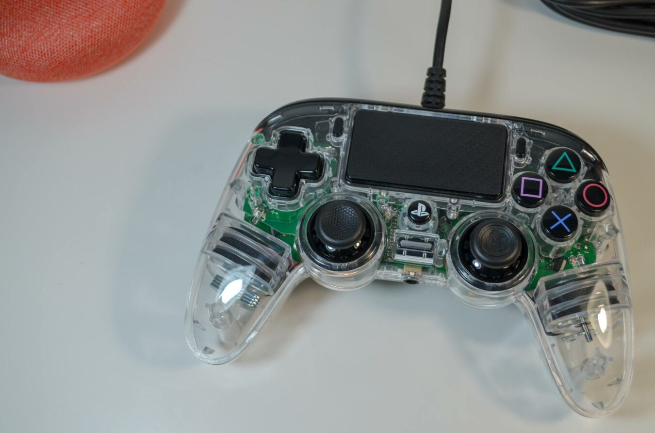 Photo de Test – Nacon Illuminated Compact Controller : Une manette PS4 qui a du fil