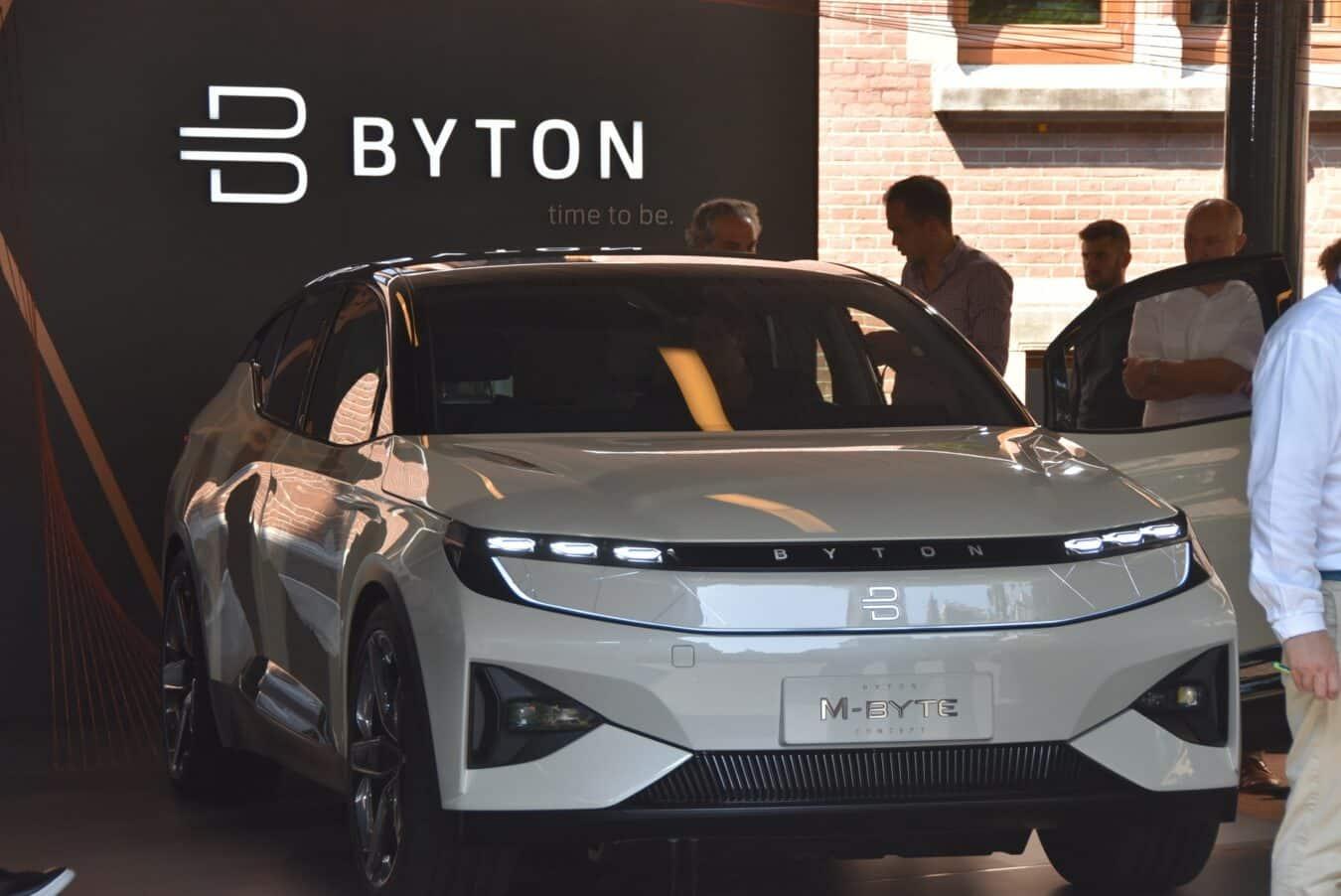Photo de BYTON vs TESLA : La convivialité au cœur d'une voiture autonome