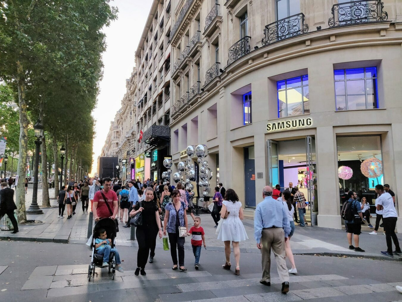 Photo of Samsung installe son Showroom sur les Champs-Elysées