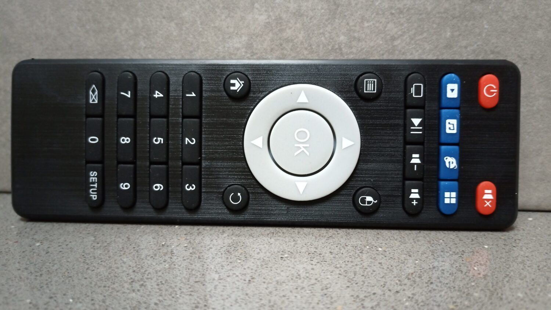 la télécommande du X2 Cube contient quatre touches programmables ainsi qu'un bouton faisant apparaitre un pointeur de souris.
