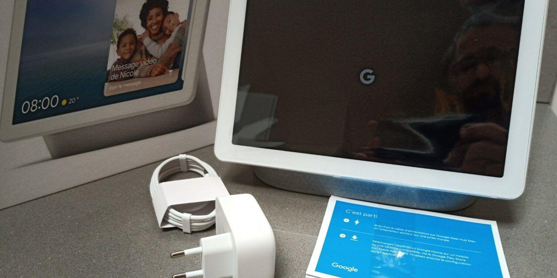 Déballage du Nest Hub Max, va à l'essentiel? le chargeur, un guide rapide et l'appareil.
