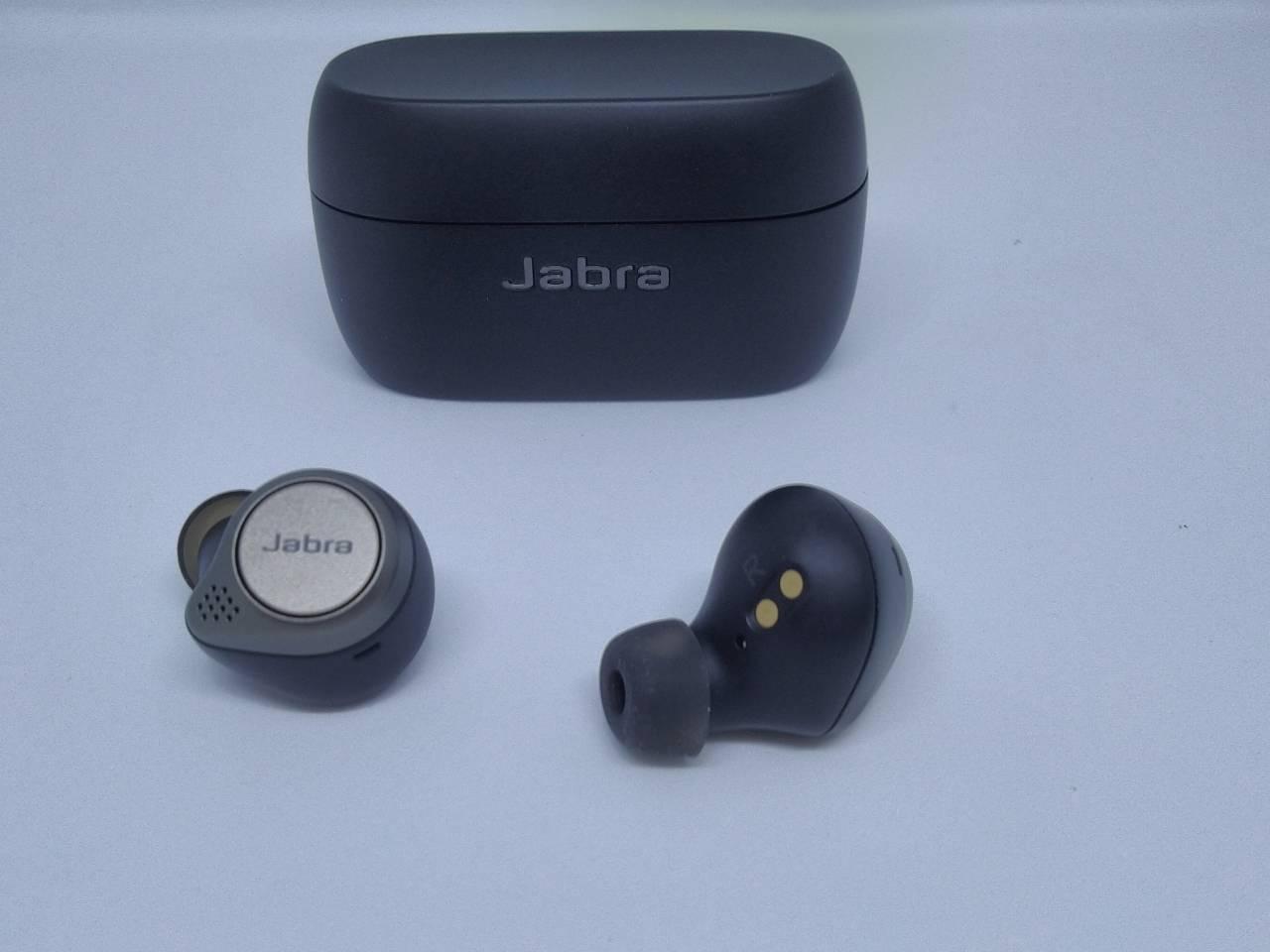 Les écouteurs et le boîtier de recharge