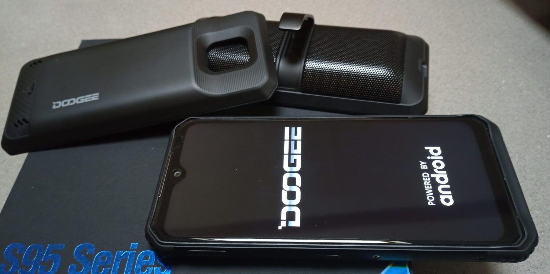 le Doogee S95 Pro est équipé de deux modules additionnels. Une enceinte et une batterie secondaire.