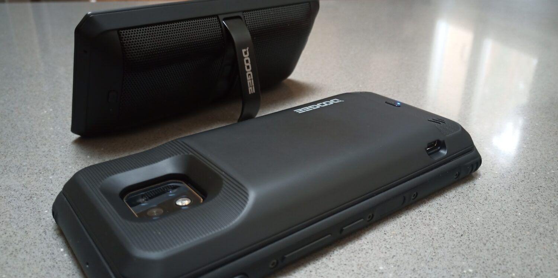 Une batterie de 3500 mAh se fixe sur l'arrière de l'appareil