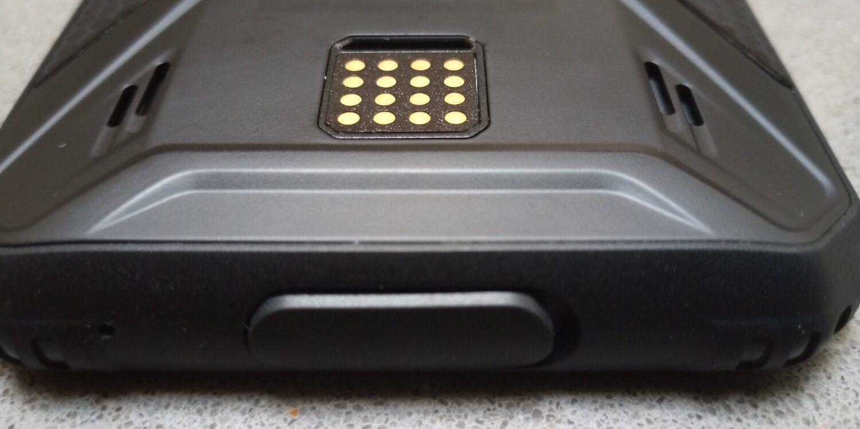 la prise USB-C est protegée par un cache plastique; les connecteurs externes en carrés pour les modules additionnels.