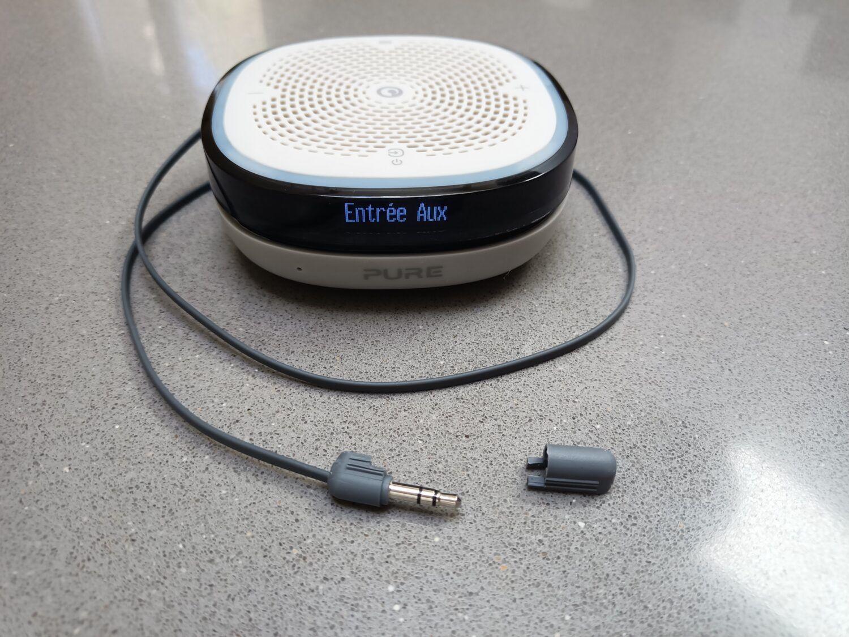 le câble intégré permet de brancher une source audio et également de servir d'antenne FM
