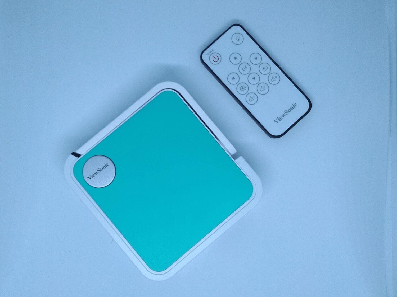 Le vidéoprojecteur de poche et sa télécommande