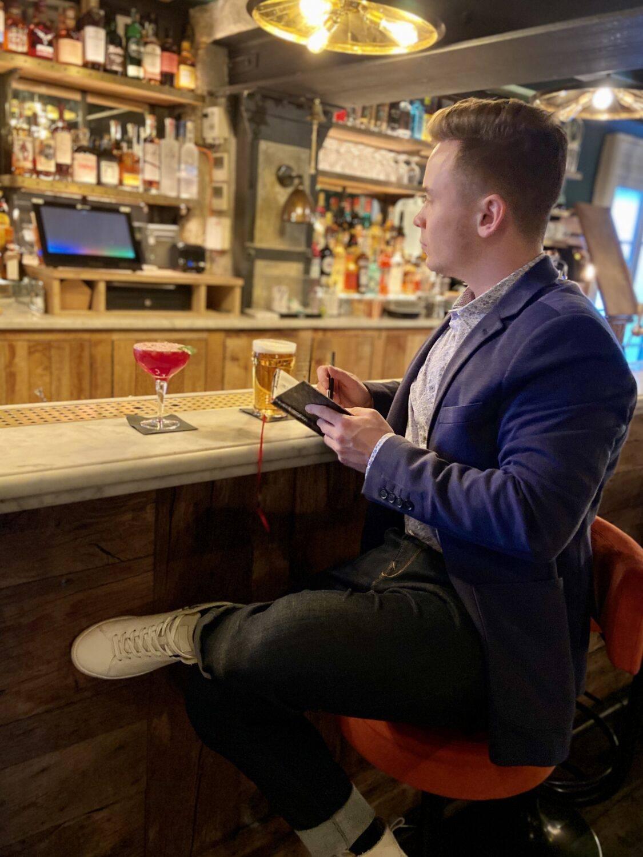 Look Pas trop Geek Pub anglais Saint Germain Fashion Leo Thevenet