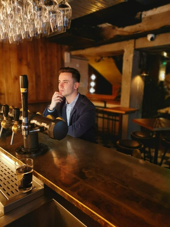 Look Pas trop Geek Pub anglais Saint Germain Fashion photo ambiance au bar