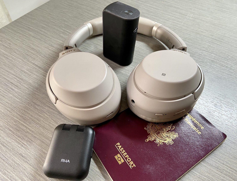 accessoire indispensable en avion casque écouteurs et transmetteur Bluetooth RHA