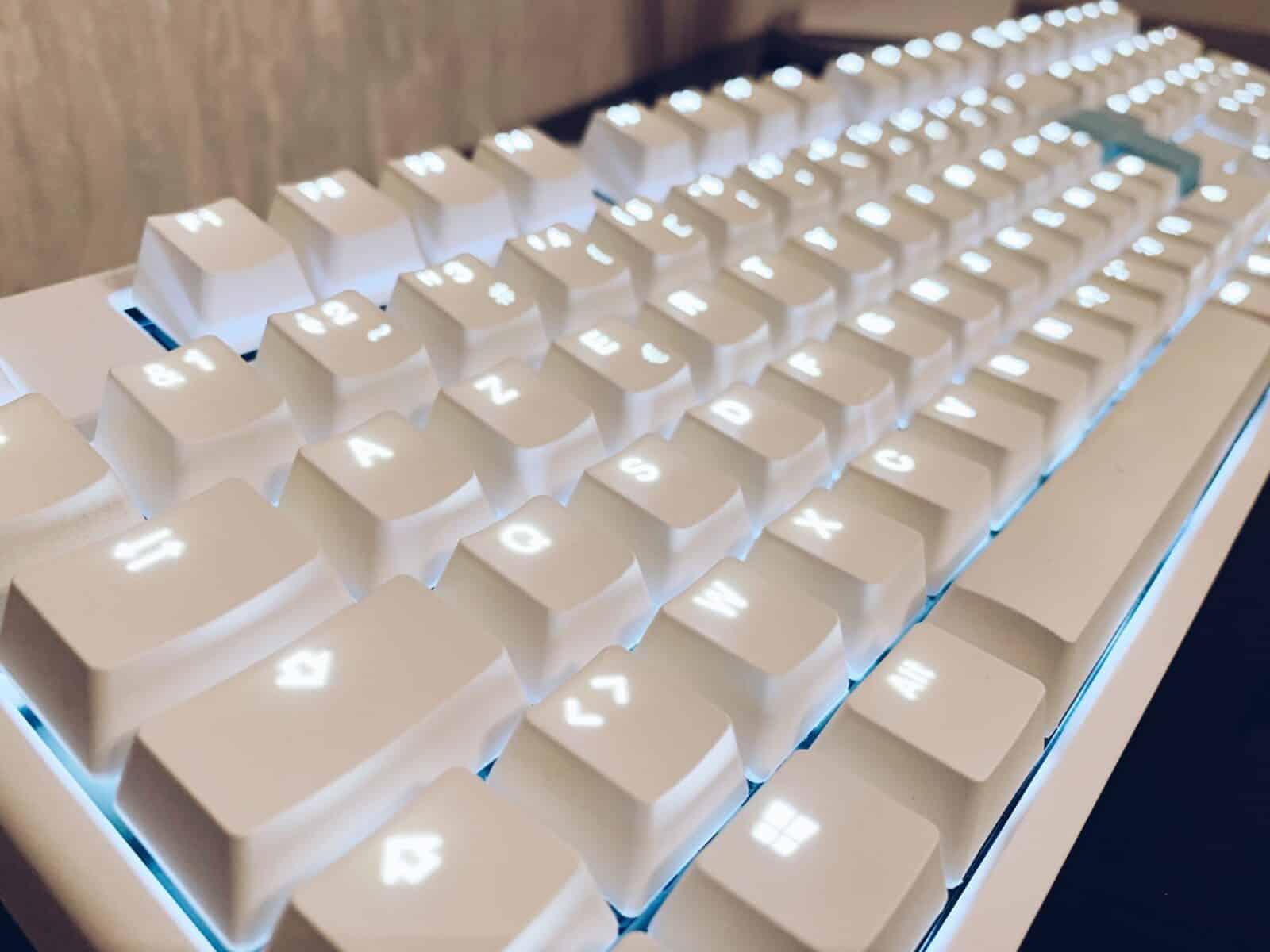 Photographie gauche du clavier