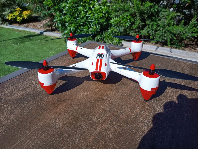 le drone R-Falcon FHD présente des couleurs blanches et rouge reconnaissables.