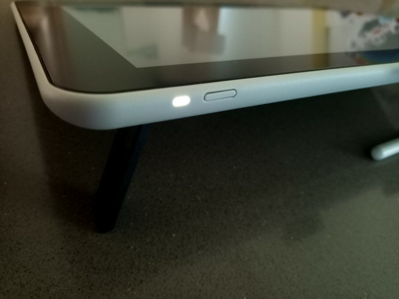 Les pieds rabattables permettent une élévation de l'écran de 19 degrés