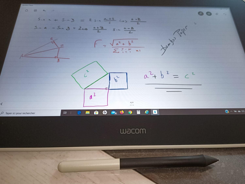 Les possibilités de la tablette graphique permettent de pouvoir travailler à domicile.