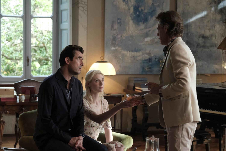 Claes Bang, Elizabeth Debicki et Donald Sutherland dans The Burnt Orange Hersey