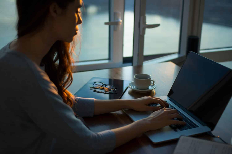 personne-travaillant-a-son-domicile-ordinateur