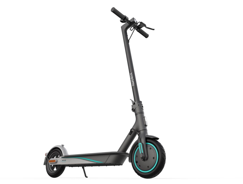 Mi-Electric-Scooter-Pro-2-Mercedes-AMG-Petronas-F1-Team-Edition de trois quart