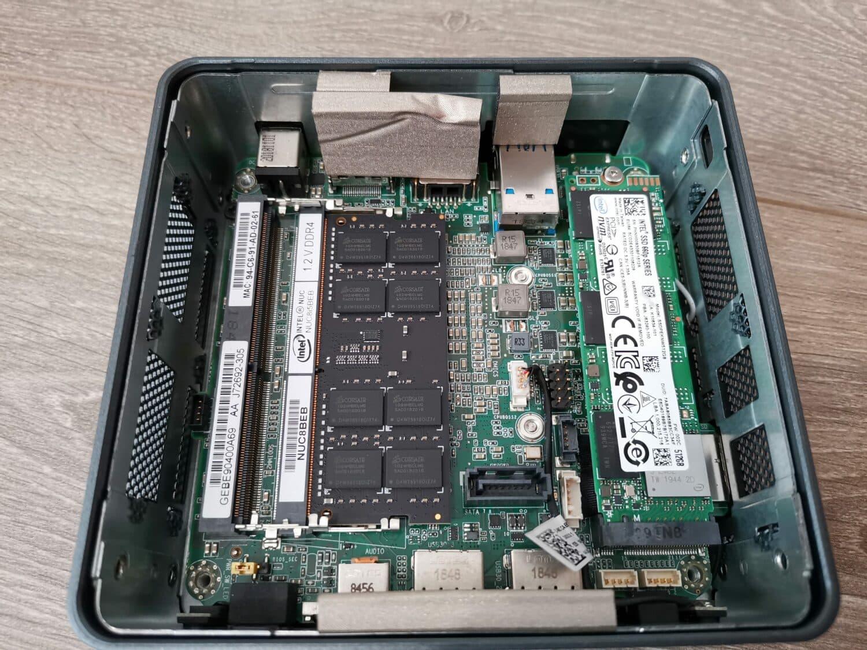 Intel NUC 8i5BEH intérieur